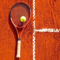 Tennisschäger auf Tennisplatz